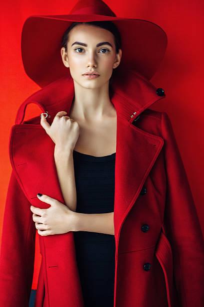 Bella ragazza con make-up con cappotto e cappello rosso - foto stock