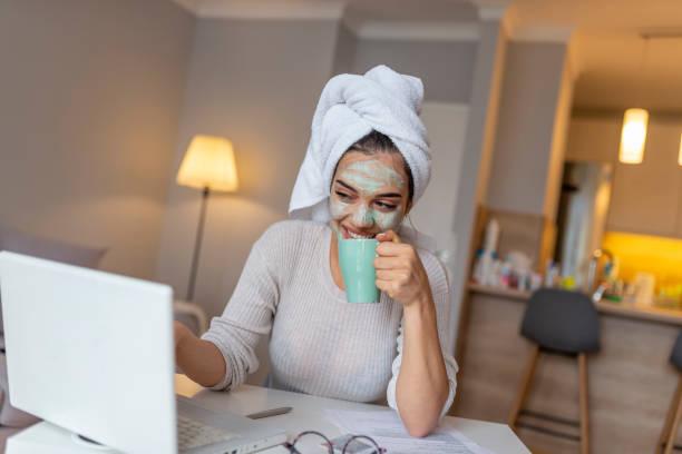 mooi meisje met ochtend cosmetica masker drinken koffie - cell phone toilet stockfoto's en -beelden