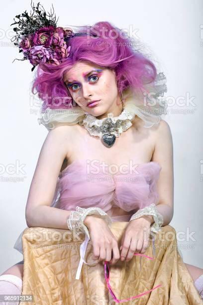 Красивая Девушка С Фиолетовыми Волосами Яркий Макияж — стоковые фотографии и другие картинки Бахрома