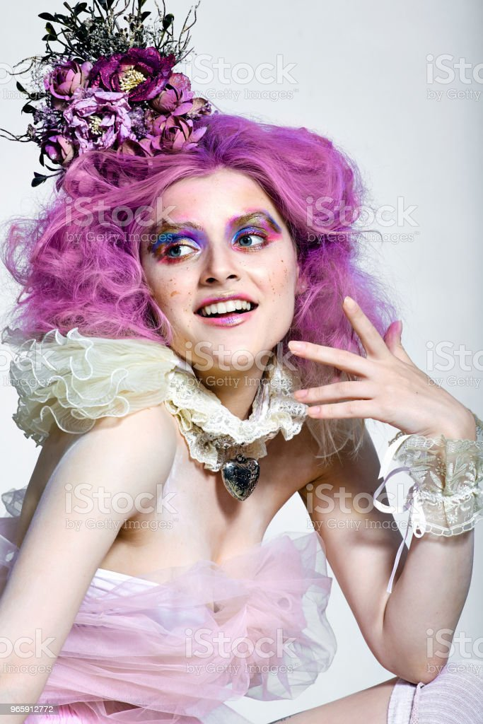 Mooi meisje met paars haar. Lichte make-up - Royalty-free Alleen volwassenen Stockfoto