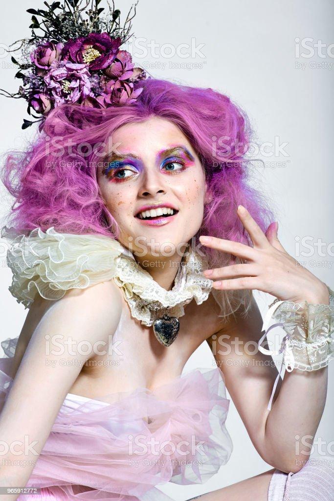 Beautiful girl with purple hair. Bright makeup - Royalty-free Adulto Foto de stock