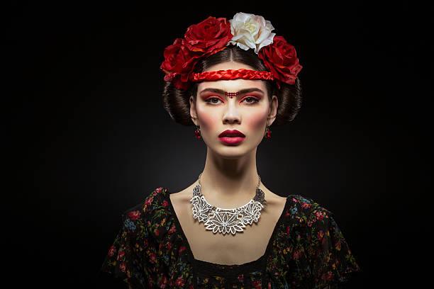 Piękna Dziewczyna z Czerwone usta i kwiaty – zdjęcie