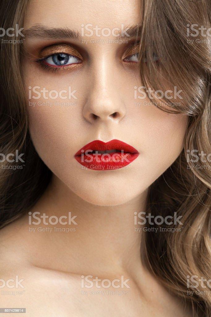 Schönes Mädchen Mit Roten Lippen Und Profi Make Up Und Blaue Augen