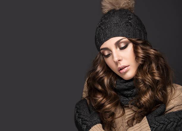 schöne mädchen mit smokeymakeup, locken in schwarzem strickmütze. warme - mode herbst 2015 stock-fotos und bilder