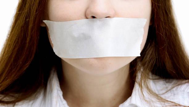 Schönes Mädchen mit den Mund geschlossen, das weiße Band – Foto