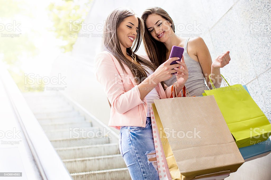 Beautiful girls after their shopping - foto de acervo