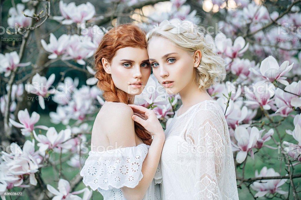 Belles filles dans le fond de printemps Bush - Photo