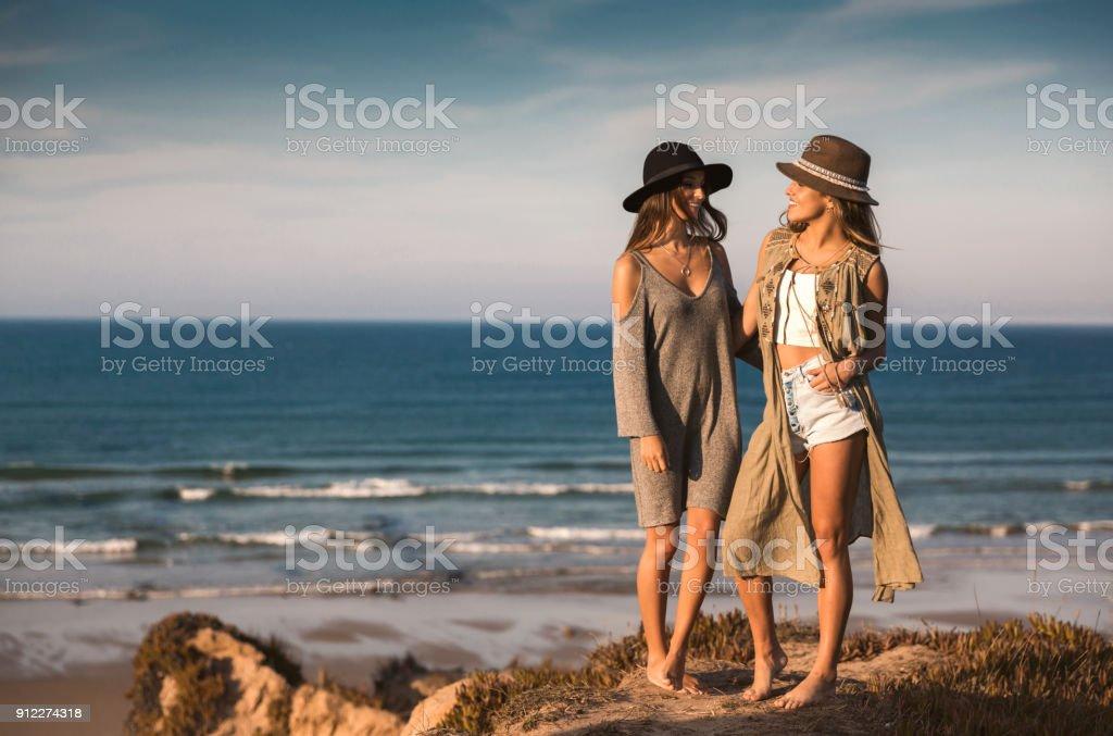 Belles filles sur la plage - Photo