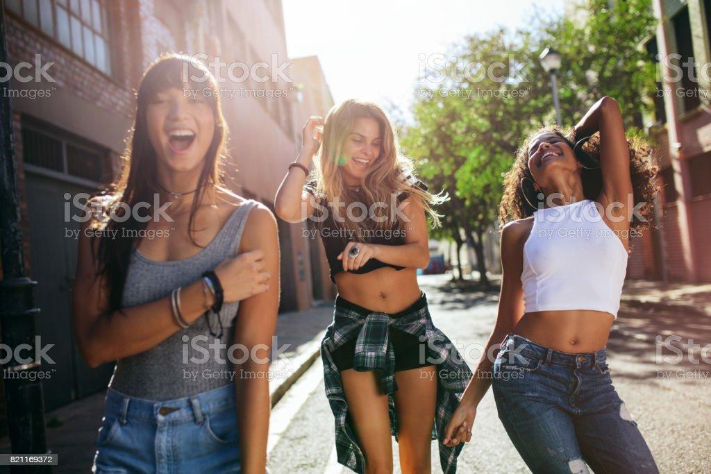 Chicas Guapas Paseando Por La Ciudad Y La Diversión Foto De