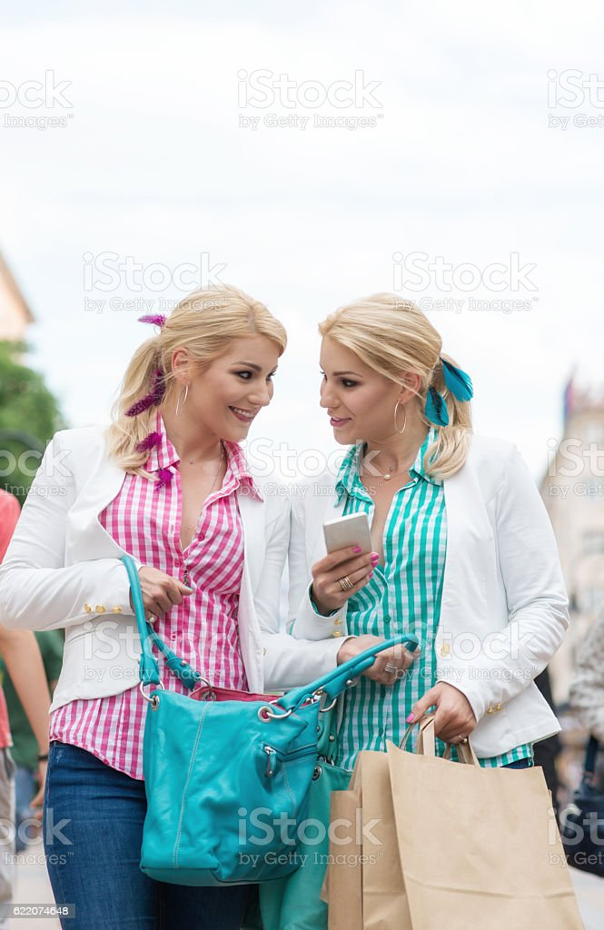 Beautiful girls with shopping bags in ctiy – Foto
