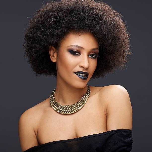 schöne afroamerikanische frau glamour - haarschnitt rundes gesicht stock-fotos und bilder