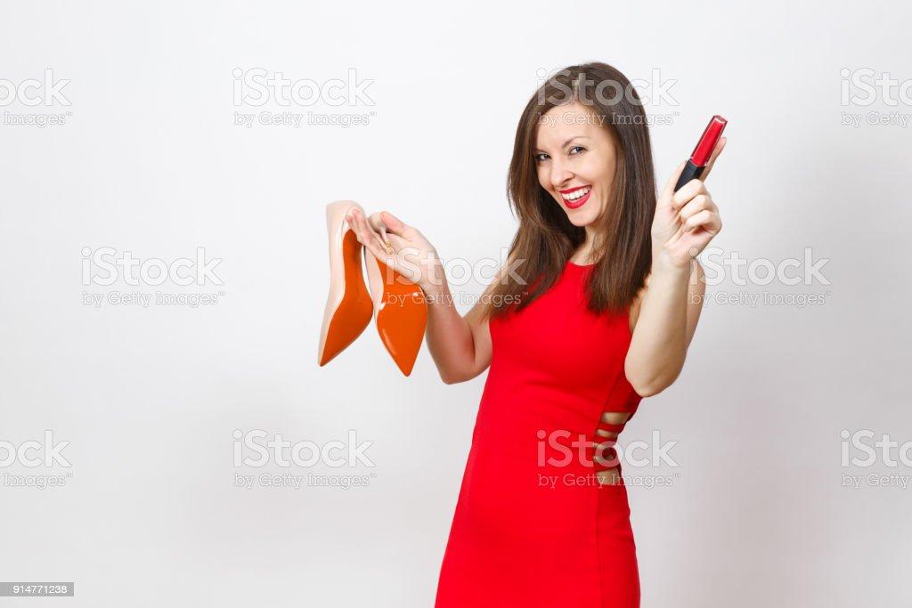 826c6582ab6b0a Mooie glamour glimlachend modieuze jonge brown-haar vrouw in rode jurk  beige schoenen met rode