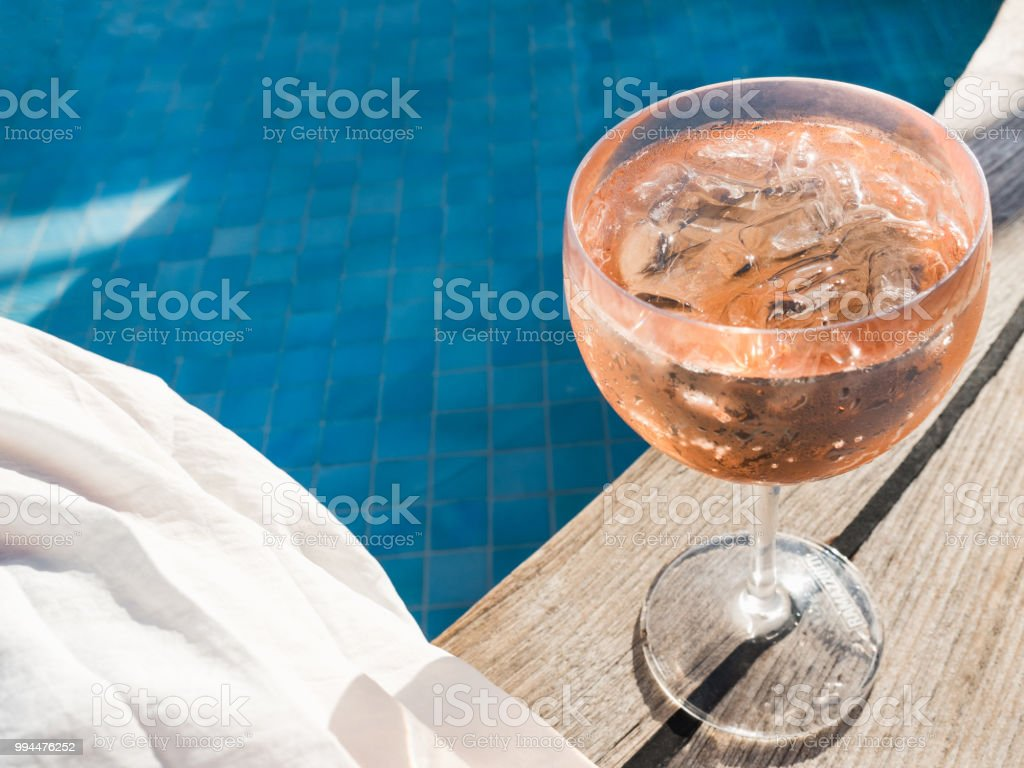 Beautiful glass with a pink cocktail - foto stock