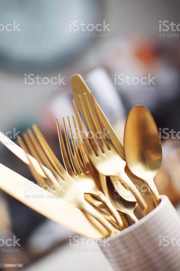 Schone Gold Besteck Am Tisch Fur Besondere Anlasse Stockfoto Und Mehr Bilder Von Dekoration Istock