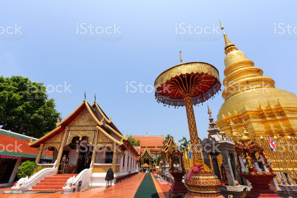 Mooie gouden pagode en kapel in Buddha Temple - Royalty-free Antiek - Toestand Stockfoto