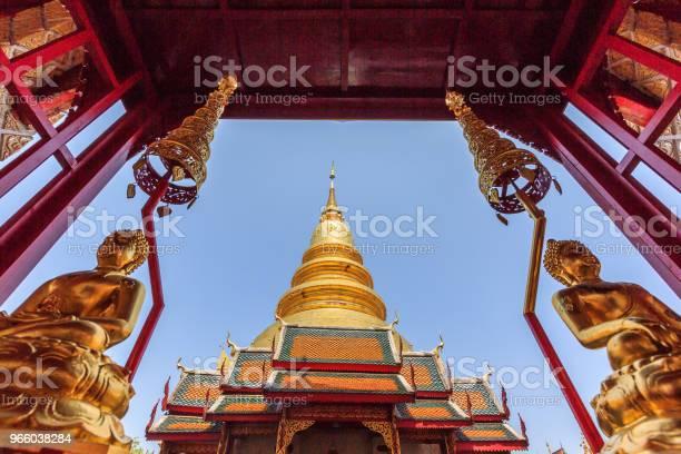 Schöne Goldene Pagode Mit Paar Gold Buddhastatuen Stockfoto und mehr Bilder von Alt