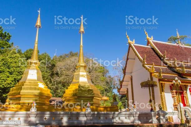 Foto de Lindos Dourados Pagodes Em Wat Phra Que Doi Tung Chiang Rai Wat Phra Doi Tung Que Compreende De Stupas De Lannaestilo Um Gêmeo Um Dos Quais É Acreditado Para Conter A Clavícula Esquerda Do Senhor Buddha e mais fotos de stock de Amarelo