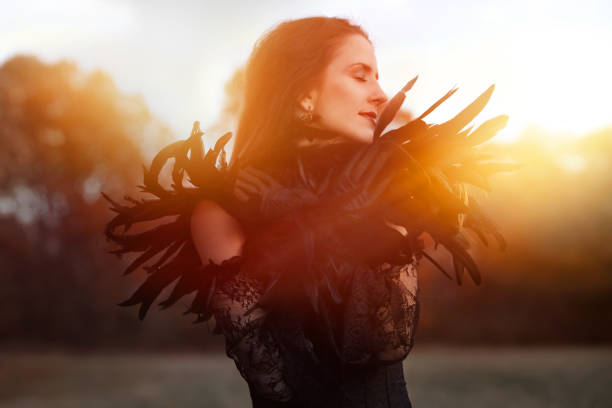 Schöne Goth Frau trägt schwarze Spitze und Federn – Foto