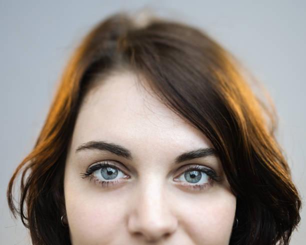 Beaux yeux gris d'une femme - Photo