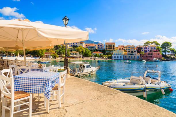 kefalonia, 그리스에 아소스 마에 아름 다운 그리스 포트 - 이오니아 해 뉴스 사진 이미지