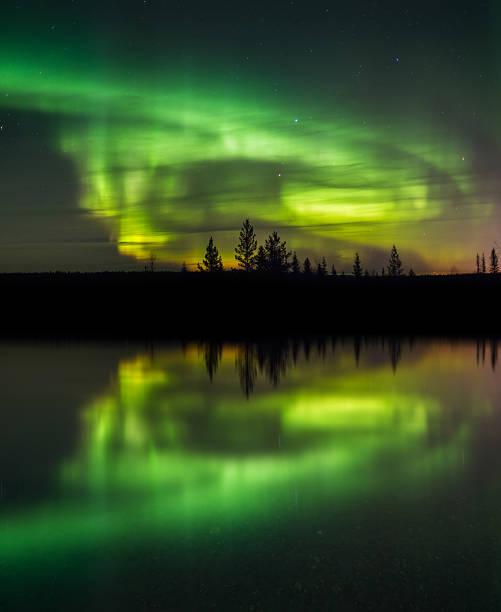 Wunderschönes Grün und Rot aurora-Tanz – Foto