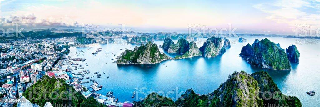montañas de piedra caliza verde hermosa en halon bay - foto de stock