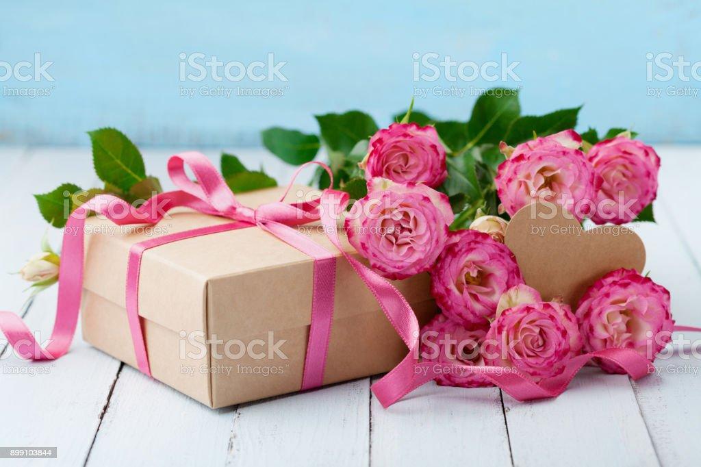 Photo Libre De Droit De Belle Carte De Voeux Pour Anniversaire Fête Des Mères Ou Une Femme Fleurs Roses Roses Et Boîte De Cadeau Avec Ruban Sur