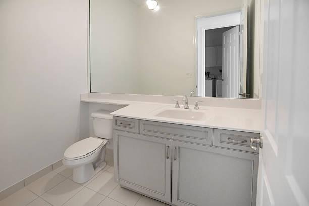 wunderschöne badezimmer in ein neues luxus-home - badmöbel gäste wc stock-fotos und bilder