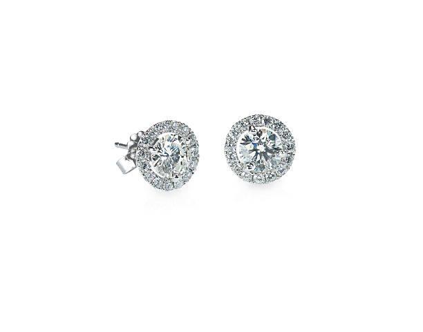 wunderschöne halo diamond-ohrstecker - ohrringe piercing stock-fotos und bilder