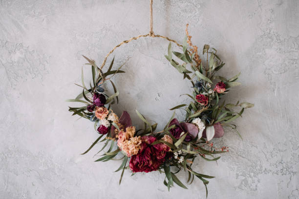 beautiful hand made everlasting dry wreath made of roses, hydrangea flowers and eucalyptus on the grey wall background - home decor boho imagens e fotografias de stock