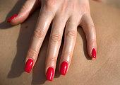 美しい手は、赤い爪で治療