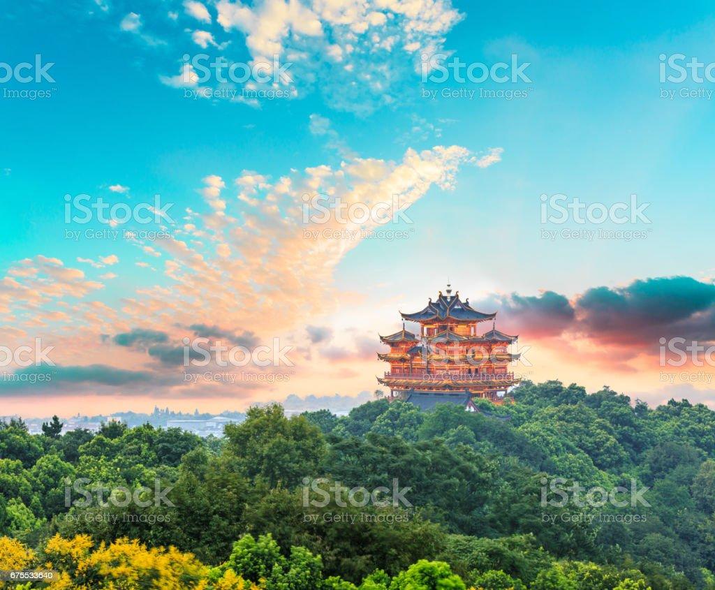 Beautiful Hangzhou West Lake et le décor architectural ancien pavillon au coucher du soleil photo libre de droits