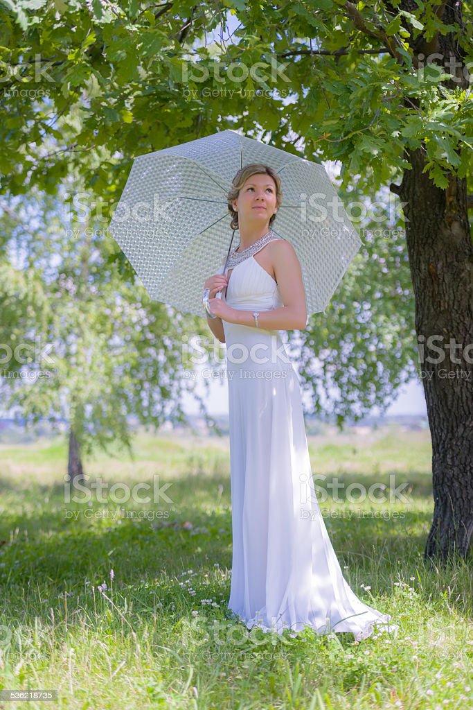 Красивые Счастливая невеста с Зонтик от солнца стоковое фото