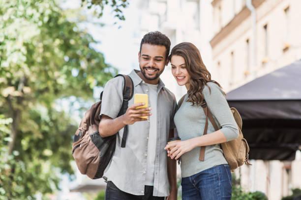Schönes glückliches Paar mit Smartphone in einer Stadt – Foto