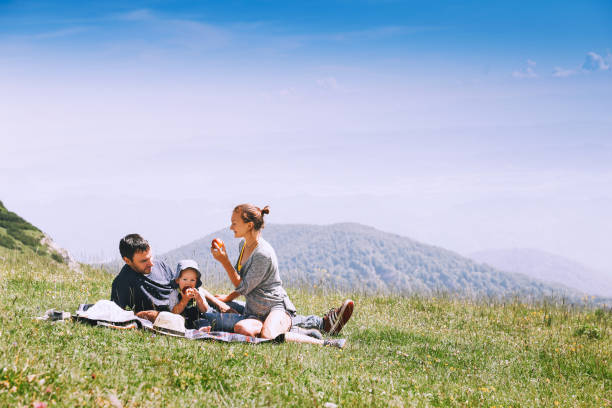 Schöne glückliche Familie verbringt Zeit auf der Natur in den Bergen. – Foto
