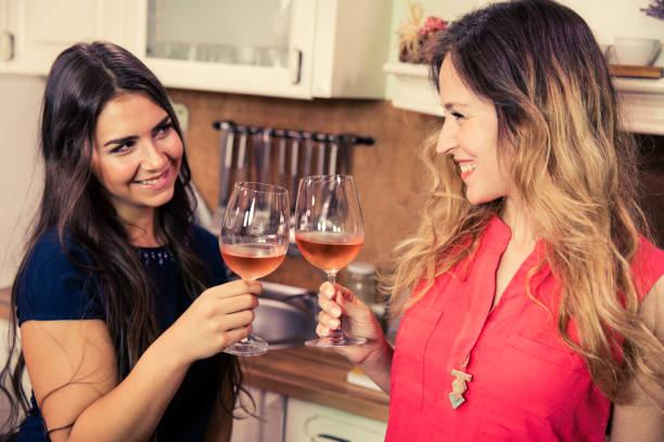 Schöne glückliche Mädchen Toasten mit Wein. – Foto