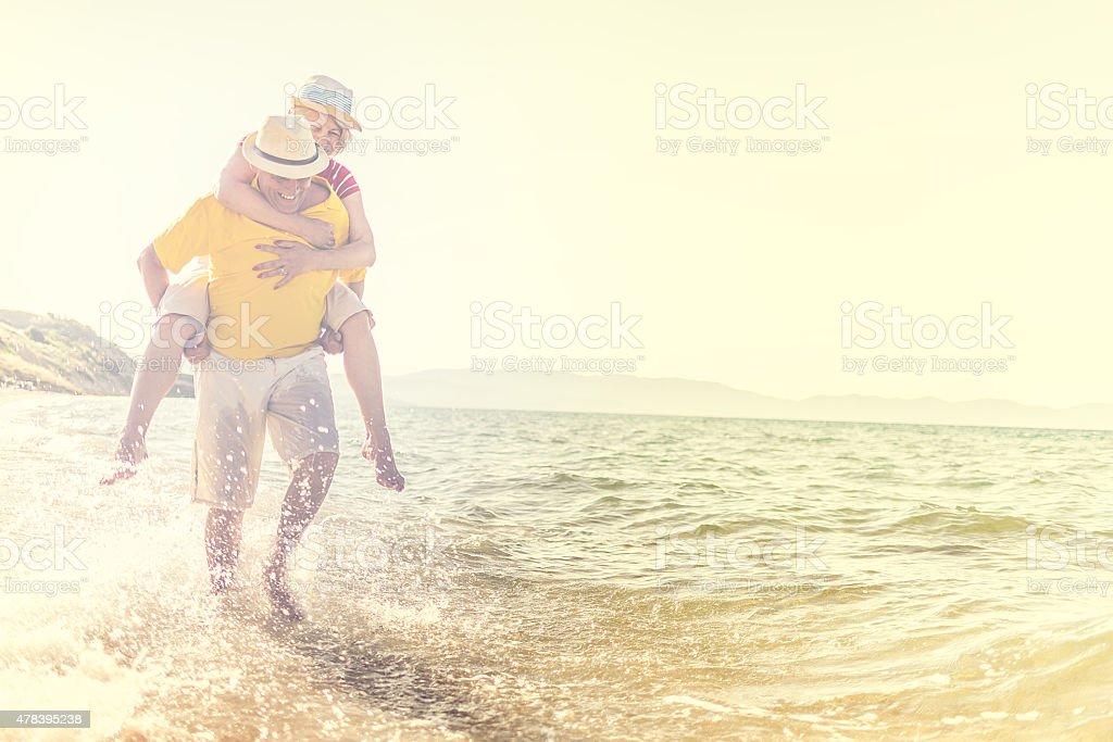 Schöne glücklich Älteres Paar haben Sie Spaß am Strand – Foto