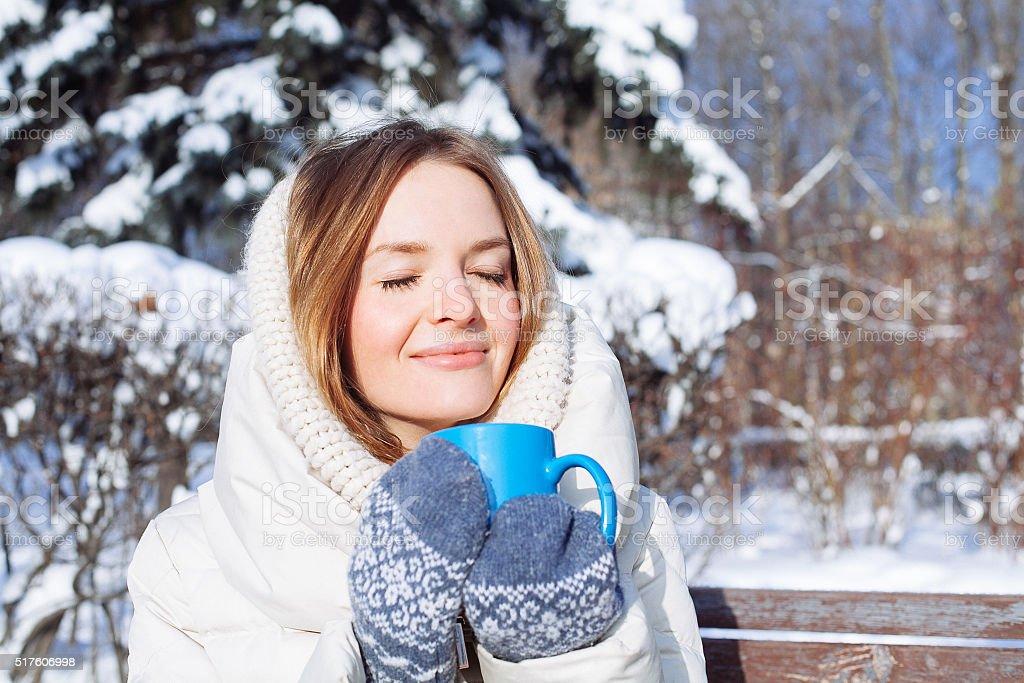 Schöne glücklich lächelnde Frau mit Tasse im Freien im Winter – Foto