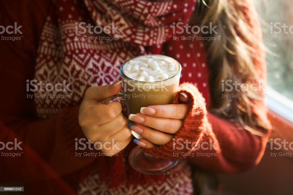linda mulher feliz bebendo a Taça da sessão de café em casa pela janela. Manhã de Natal. Bebida de Natal - foto de acervo