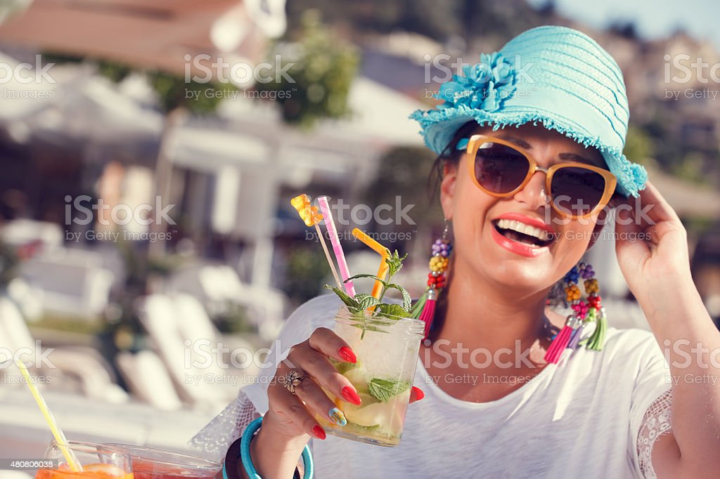 Bella donna felice godendo cocktail in estate - foto stock