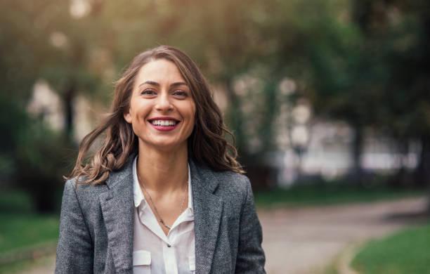 아름다운 행복함 여자 - 갈색 머리 뉴스 사진 이미지