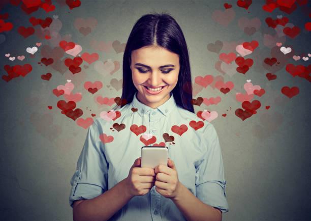 幸せ美人の愛のテキスト メッセージを携帯電話に送信 ストックフォト