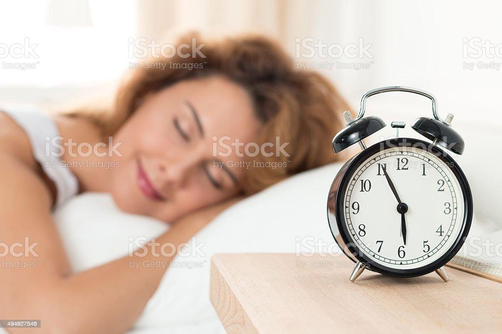 Linda feliz mulher dormindo no seu quarto na manhã - foto de acervo