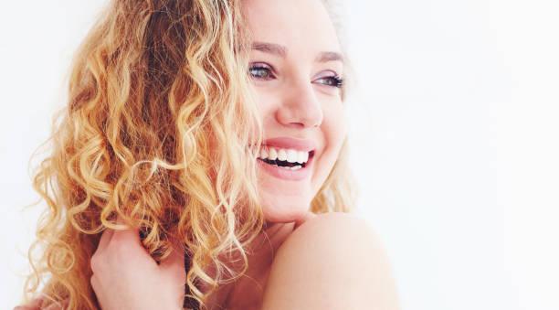 schöne glückliche frau mit lockigem haar - lustige augenbrauen stock-fotos und bilder