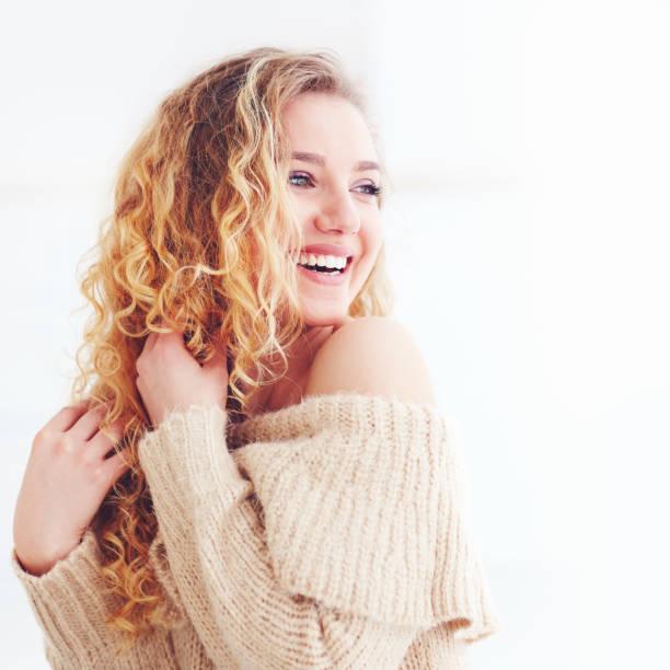 mooie gelukkige vrouw met krullend haar - blond curly hair stockfoto's en -beelden