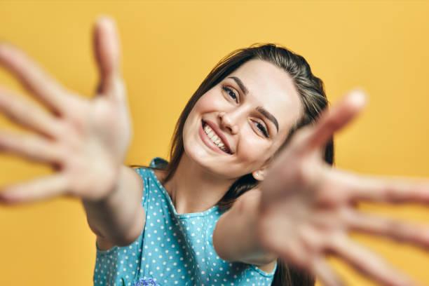 Schöne glückliche Frau mit offener Hand bereit für Umarmungen – Foto