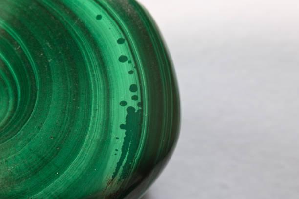 schöne heilung halbedelsteine grün mineral malachit edelstein auf weißem hintergrund makro nahaufnahme mit textfreiraum - malachit stock-fotos und bilder