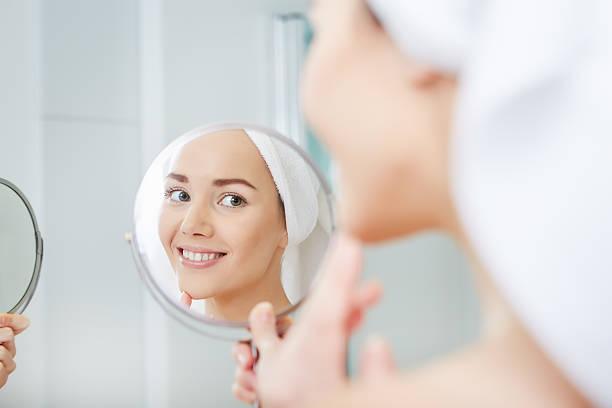 아름다운 건강한 여성과 성찰이요 거울을 스톡 사진