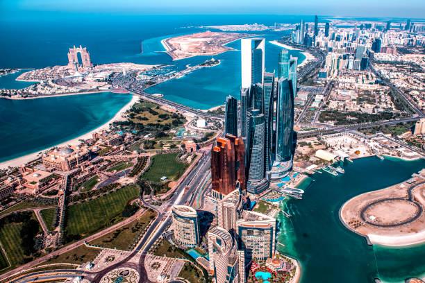 красивый вид на современные небоскребы в абу-даби, снятый с вертолета. марина также видна дальше назад - abu dhabi стоковые фото и изображения