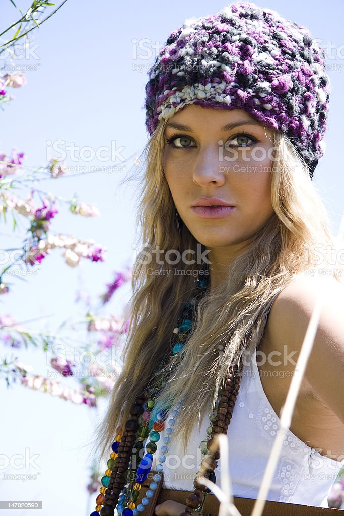 Belle hippie fille dans le champ - Photo